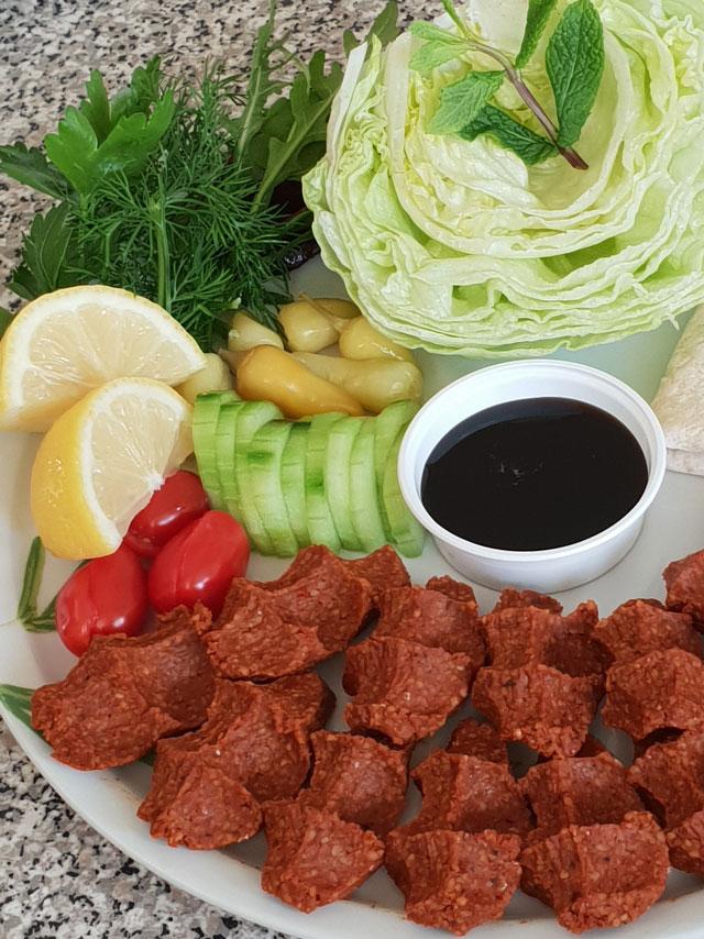 Bunter Salatteller bei Efsane Cig Köfte