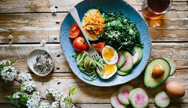 Gesundes Essen im Rahmen einer Diät gegen Corona-Pfunde