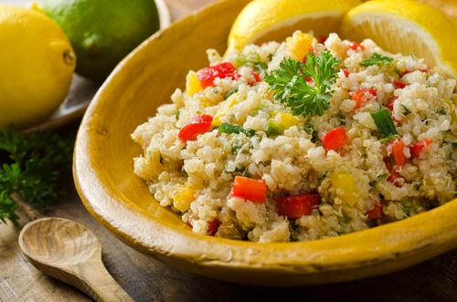 Gesunder Quinoa Salat mit Gemüse