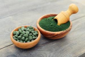 Pulver und Tabletten der Spirulina Alge