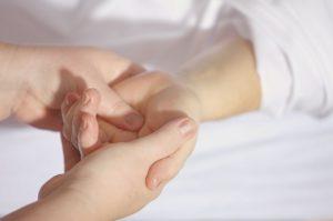 Taubheitsgefühl in der Hand – Hinweis auf eine Gefahr?