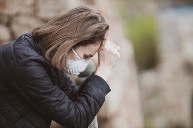 Frau möchte ihre Angststörung durch Ernährung stoppen