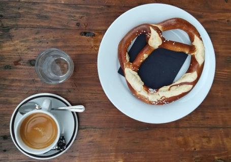 Frühstück mit Brezel und Cappucino in der BrezelBar in Berlin