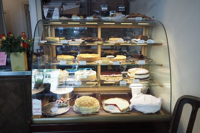 Große Auswahl an Torten und Kuchen an der Theke von Café Ella in Berlin