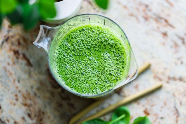 Grüne Lebensmittel wie ein Smoothie sind empfehlenswert für die Ernährung bei Akne