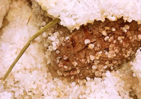 Fleisch in Salz gegart im Restaurant Salzkruste