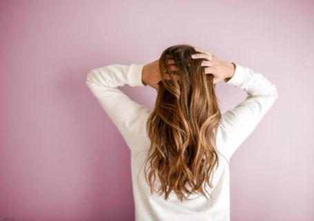 Trockene Kopfhaut kann belastend sein