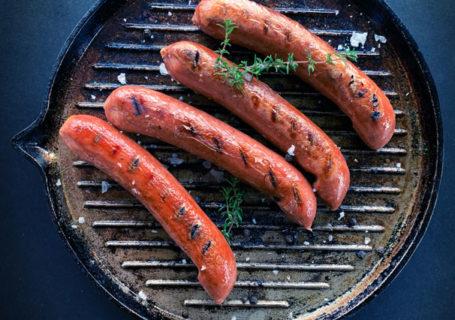 Vegane Würstchen von LikeMeat auf dem Grill