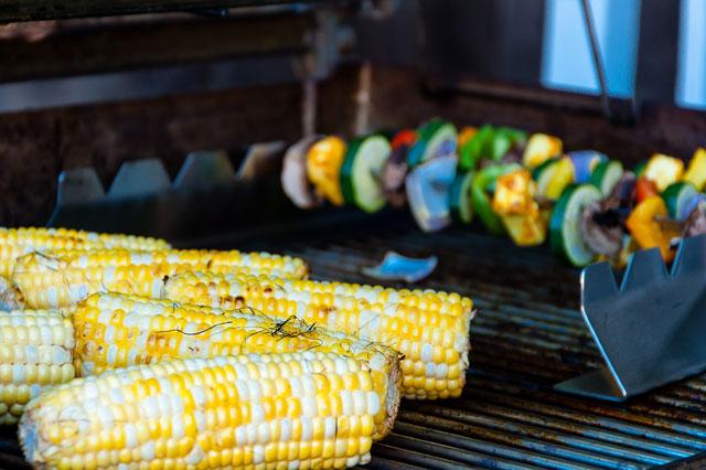 Mais und Gemüsespieße auf dem Grill