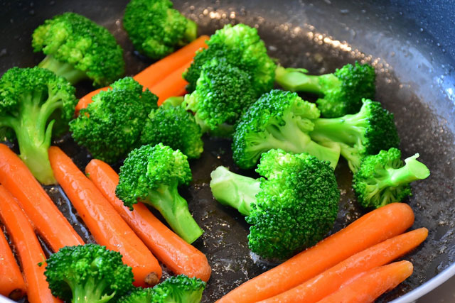 Brokkoli passt gut, um sich vegan im Büro zu ernähren