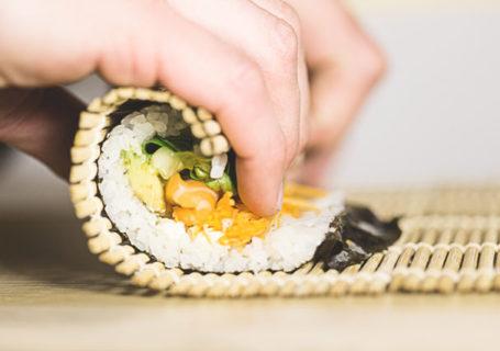 Veganes Sushi mit einer Rolle selbst machen